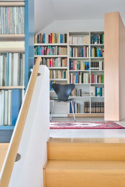 5-1 RL_ opendraaiende boekenkast vanop de trap